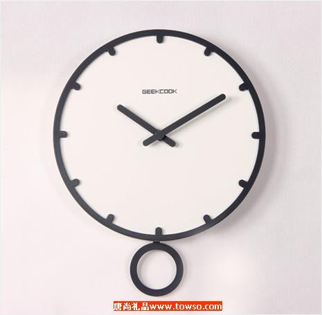 创意家居木钟表简约客厅挂钟:与时摇摆